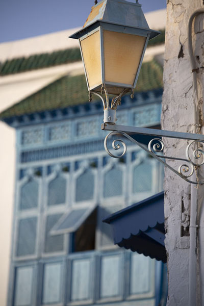 Photo de Lantern and wooden balcony in the background in Sidi Bou SaidSidi Bou Said - Tunisie