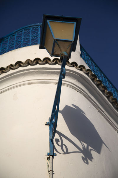 Looking up a wall with lantern in Sidi Bou Said - 突尼西亚