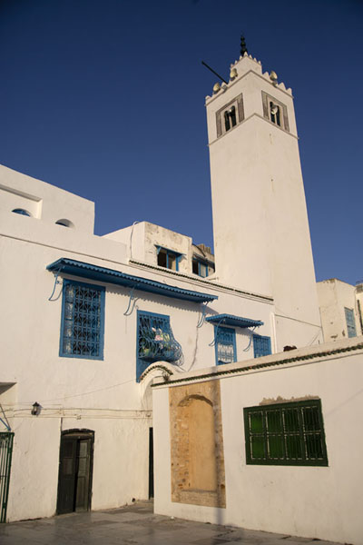 Small square with minaret above the main street of Sidi Bou Said | Sidi Bou Said | Tunesië