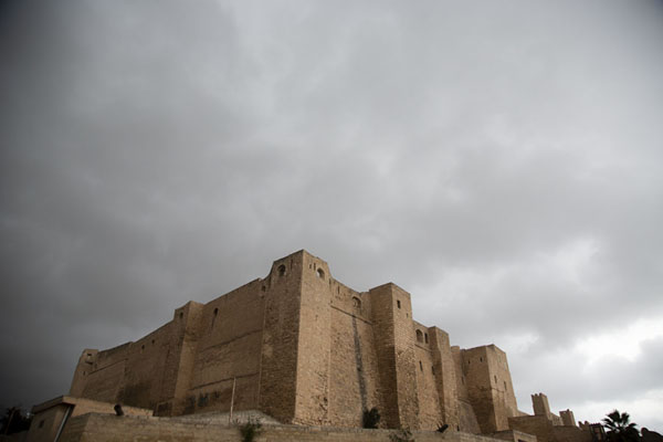Foto di The castle of Sousse under a dark skySousse - Tunisia