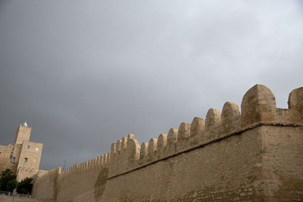 Dark skies over the crenellated walls of the castle of Sousse | Sousse medina | Túnez