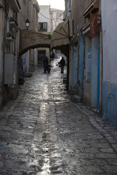 Cobble-stone street in Sousse just after a rain shower | Sousse medina | Tunisie