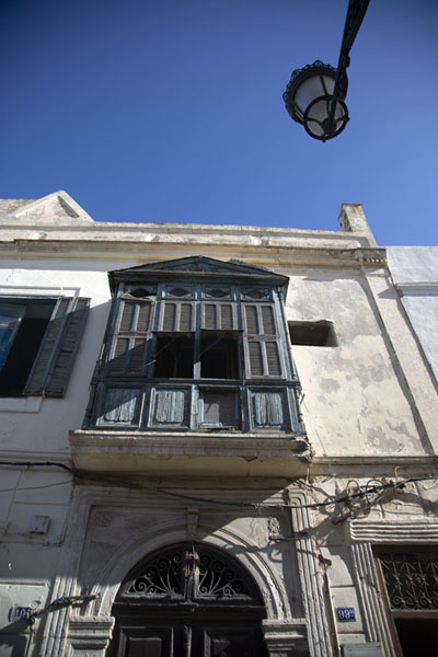 Looking up an old building with wooden balcony in the old medina of Tunis | Tunis medina | Tunesië