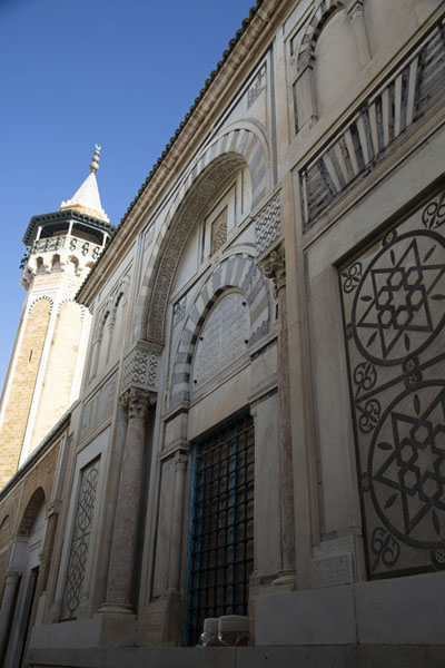 Looking up the side of Hammouda Pasha mosque in the medina of Tunis | Tunis medina | Tunesië
