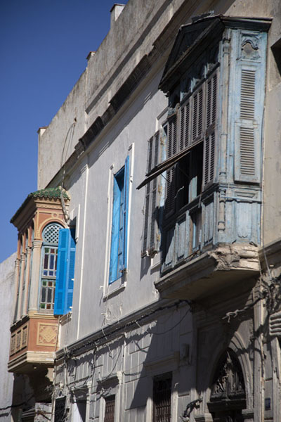 Wooden shutters jutting out of old houses in the medina of Tunis | Tunis medina | Tunesië