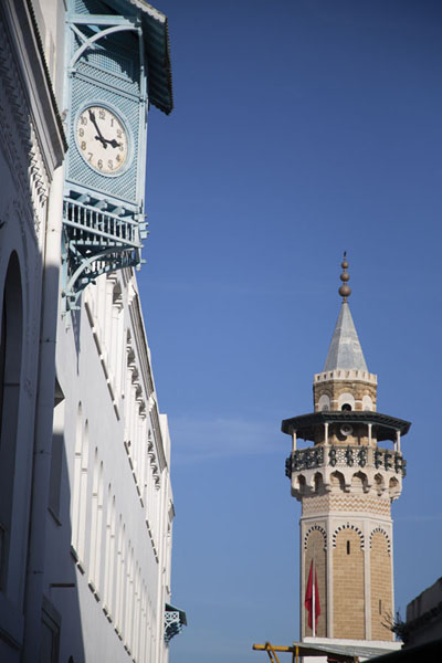 The minaret of the Hammouda Pasha Mosque of Tunis with clock on the wall | Túnez medina | Túnez
