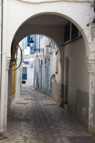 Picture of Tunis medina (Tunisia): Arched street in the old medina of Tunis