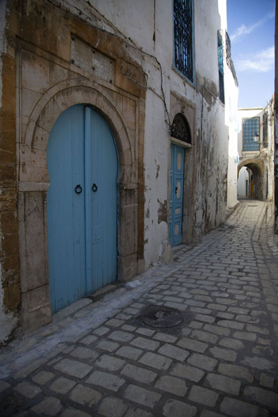 Foto de One of the cobblestone streets of the medina of TunisTunis - Túnez