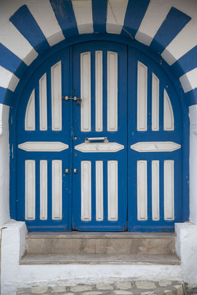 Picture of Tunisian doors (Tunisia): Blue-and-white arched door in Sousse