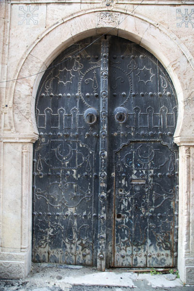 Foto van Dark door with patterns in TunisTunesische deuren - Tunesië