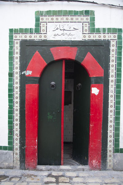 Foto de Rare red-and-black door in TunisPortas tunecinas - Túnez