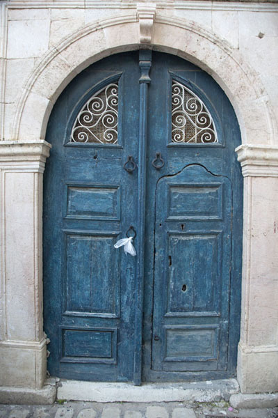 Foto de Dark blue door in a house in TunisPortas tunecinas - Túnez