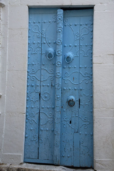 Picture of Tunisian doors (Tunisia): Rectangular blue door in a house in Tunis