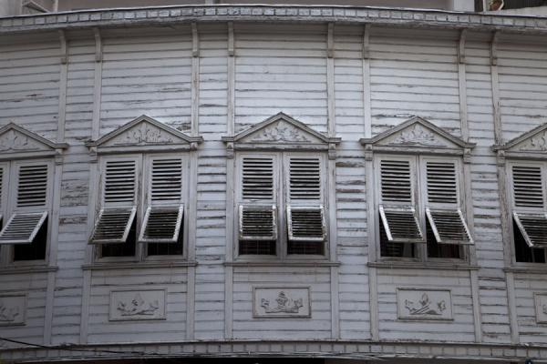 Foto van Row of windows in wooden buildingArnavutköy - Turkije