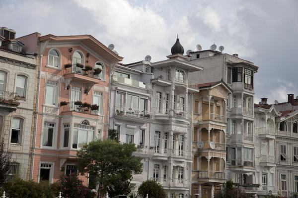 Foto di Row of stately houses on the waterfront facing the BosporusArnavutköy - Turchia