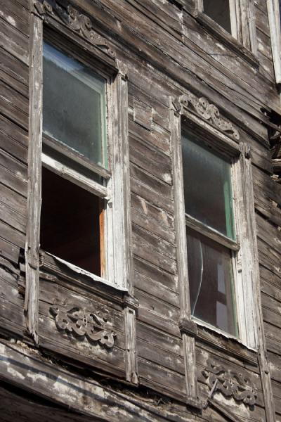 Foto van Decorated windows in wooden house in ArnavutköyArnavutköy - Turkije