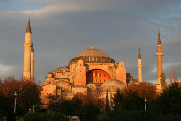 Foto van The majestic Aya Sofia, former cathedral with minarets, basking in the late afternoon sunIstanboel - Turkije