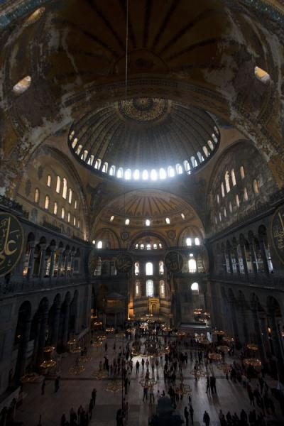 Foto van The interior of the Aya Sofia: you can easily appreciate the enormous size of the domeAya Sofia - Turkije