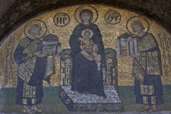 Foto van Mosaic with Justinian I and Constantine the Great offering Virgin Mary and child Constantinople and Aya Sofia, respectivelyAya Sofia - Turkije