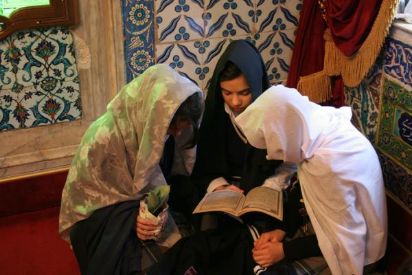 Photo de Turquie (Ayyub al-Ansari tomb: girls studying koranic texts)