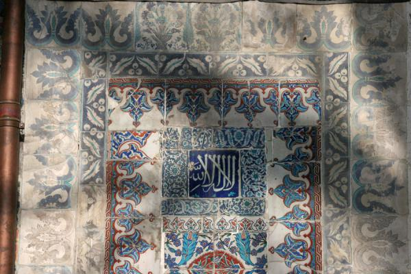 Foto van Tiles and calligraphy on the wall of Ayyub al-Ansari tomb in EyüpMoskee Sultan Eyüp - Turkije