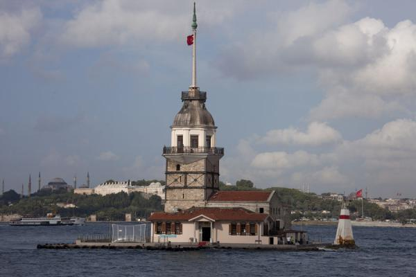 Foto van Maiden's Tower, or Kız Kulesi just off the waterfront of ÜsküdarIstanboel - Turkije
