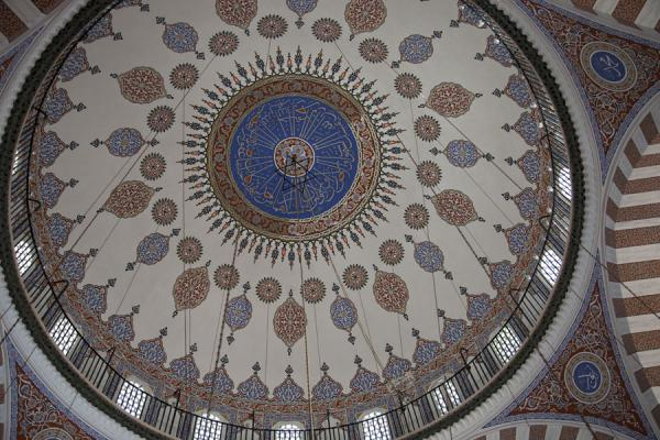 Foto van The finely painted dome of the Tiled Mosque or Çinili CamiiIstanboel - Turkije
