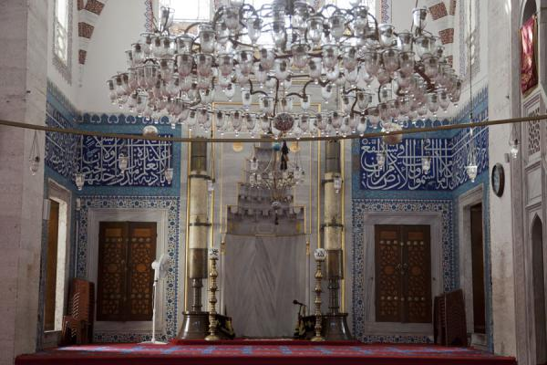 Foto van The richly decorated mihrab area in the Tiled MosqueIstanboel - Turkije