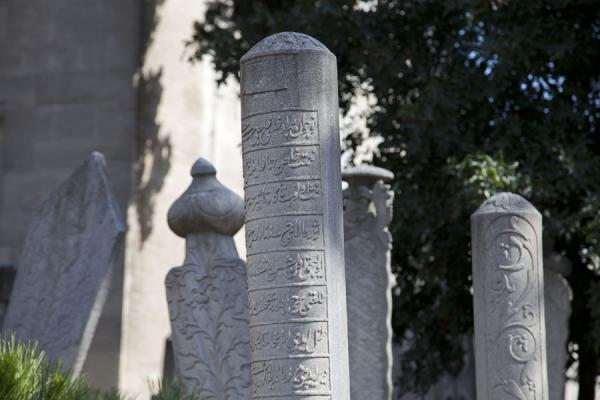 Foto van Tombstones in the cemetery of the Tiled MosqueIstanboel - Turkije
