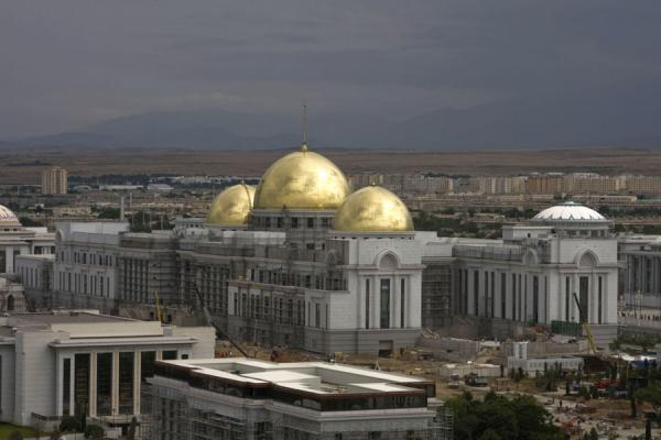 View of one of the many gold-and-white buildings of Ashgabat - 土库曼苏维埃社会主义共和国