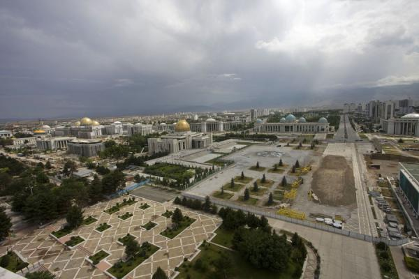 Photo de City remodeling seen from the top of the Arch of NeutralityAchgabat - Turkménistan