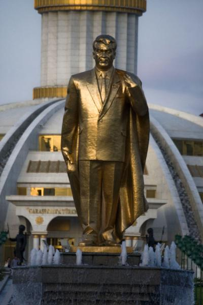 Picture of Independence Park (Turkmenistan): Niyazov in gold in Independence Park