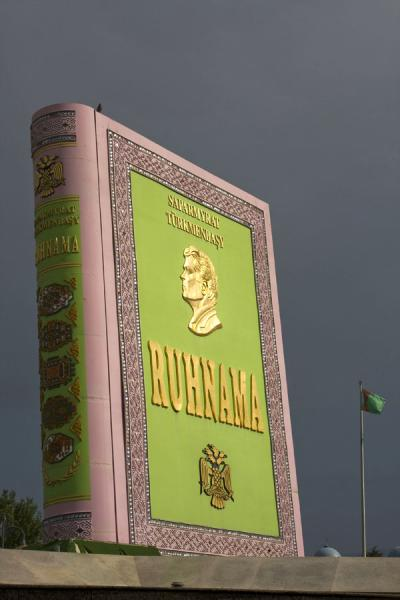 Foto van The gigantic copy of the Ruhnama in Independence ParkAsjgabat - Turkmenistan