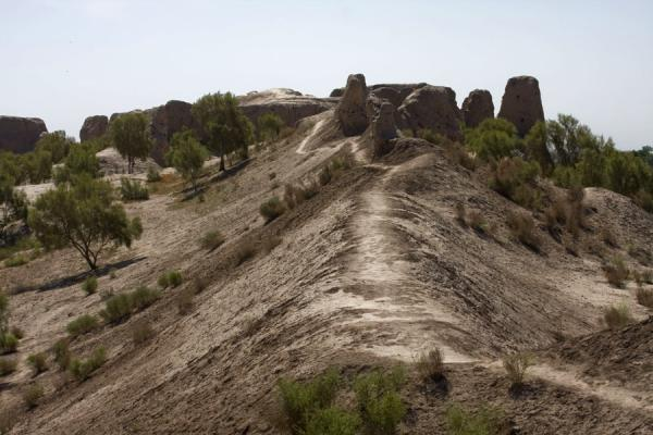 Foto di A path leads right over the top of the city wall of IzmukshirDashoguz - Turkmenistan