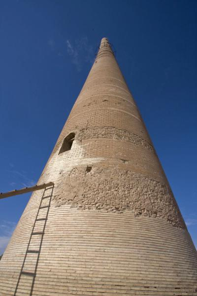Foto van Gutlug Timur minaret seen from belowKunya-Urgench - Turkmenistan