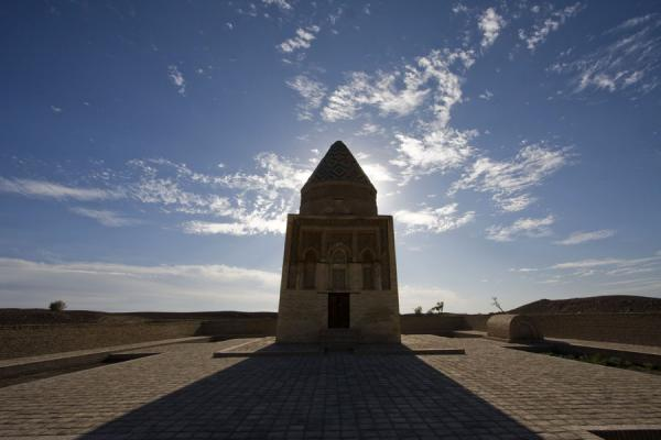 Photo de Mausoleum of Il-Arslan seen against the sun - Turkménistan - Asie