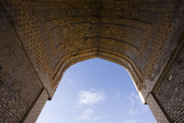 Looking up the enormous portal of what once was a caravanserai | Konye-Urgench | 土库曼苏维埃社会主义共和国