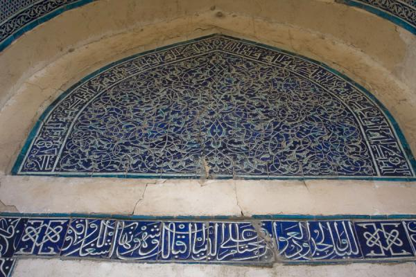 Foto di Close-up of the decorations above the entrance to the mausoleum of Nedjmeddin KubraKunya-Urgench - Turkmenistan