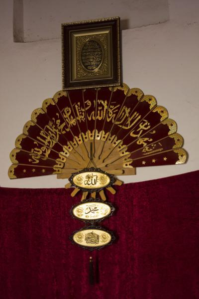 Foto van Fan and other items in a mausoleum in Konye-Urgench - Turkmenistan - Azië