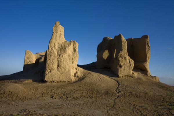 Foto van Turkmenistan (Lesser Kyz Kala seen from below)