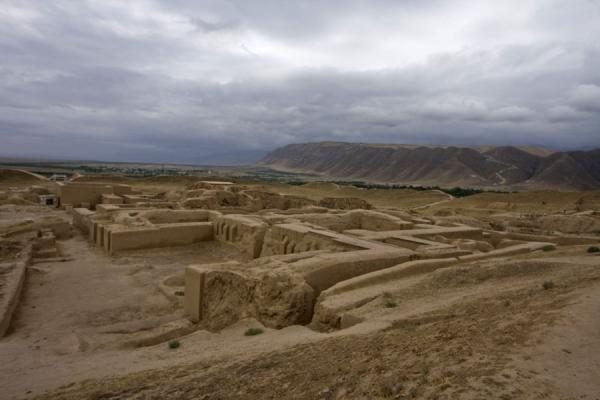 Foto van The excavations of Nisa with the Kopet Dag mountains in the backgroundNisa - Turkmenistan