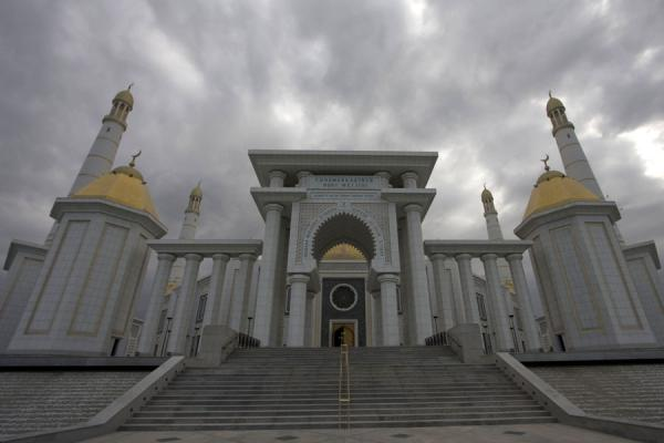 Foto van View of the Turkmenbashy Ruhy mosque with a grey sky - Turkmenistan - Azië