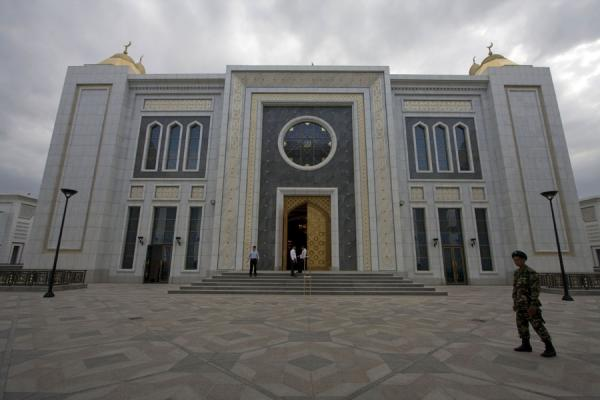 Picture of Soldier guarding the entrance to the Turkmenbashy Ruhy mosque