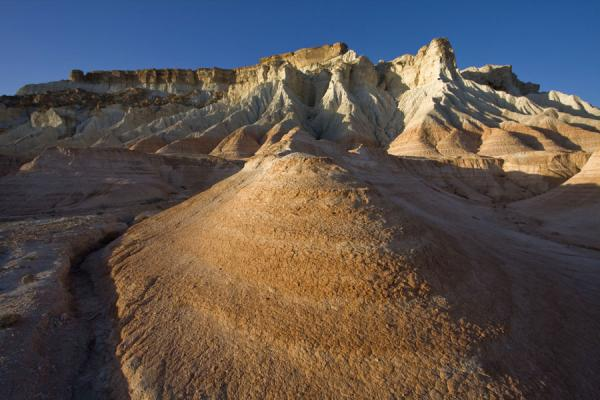 Photo de Turkménistan (Late afternoon light on a red and white rock formation in Yangykala Canyon)