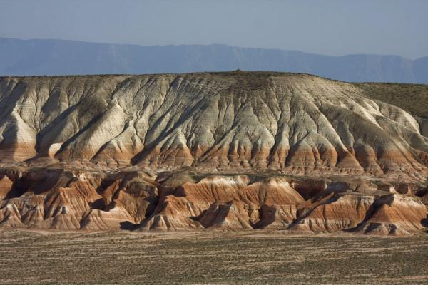 Foto van Rock formations in red and white common to Yangykala Canyon - Turkmenistan - Azië