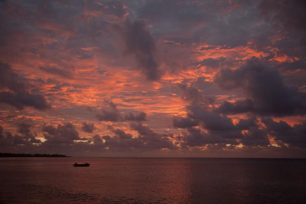 土瓦鲁 (Red skies over Funafuti lagoon)