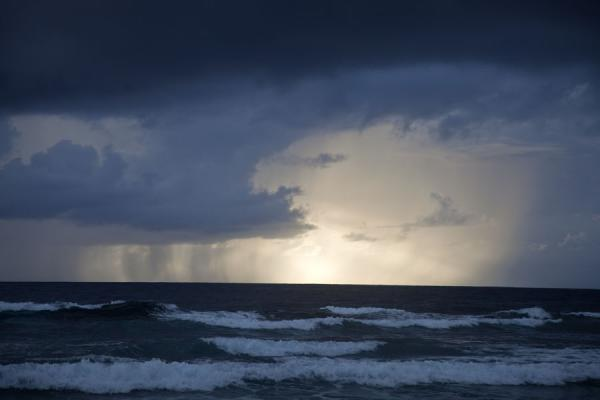 Foto van Threatening sky with waves breaking on the eastern side of Funafala isletFunafala - Tuvalu