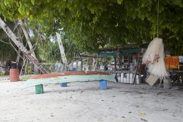 Fishing net, outrigger boat, and one of the houses on Funafala islet | Isola di Funafala | Tuvalu