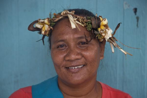 Cheerful Tuvaluan lady dressed up with flowers | Tuvaluan people | 土瓦鲁