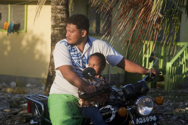 Foto van Tuvaluan with kid on his motorbikeTuvaluanen - Tuvalu